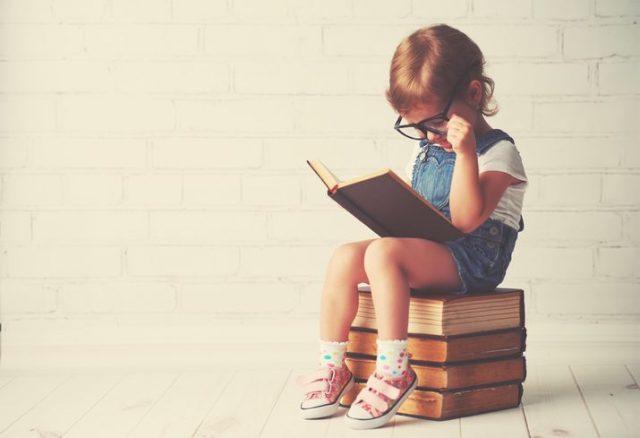 英会話学習本を読む女の子
