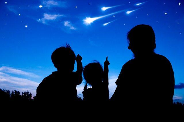 星を見る親子