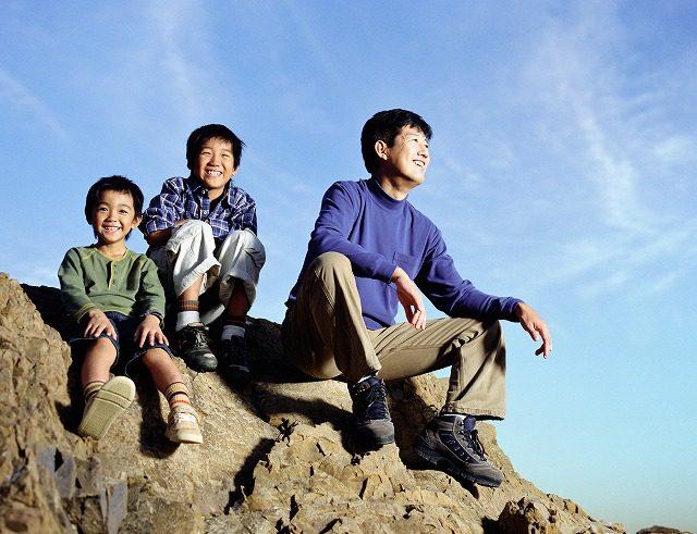 恐竜図鑑は子供向けから大人向けまで幅広い! 大人と子供の笑顔