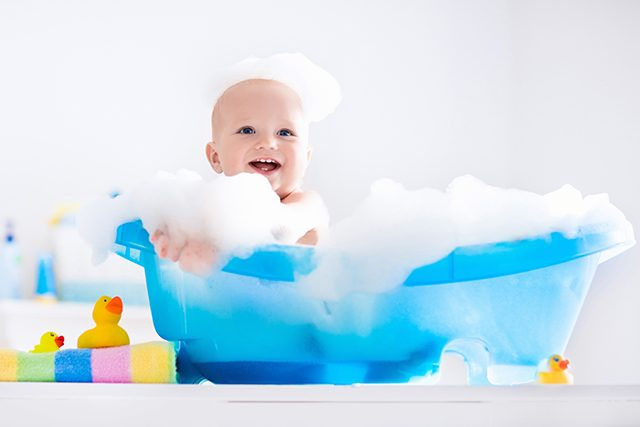 泡で遊ぶ赤ちゃん