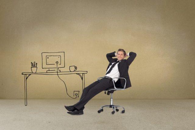 デスクチェアに座る男性