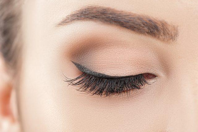 化粧をした女性の眉と目元