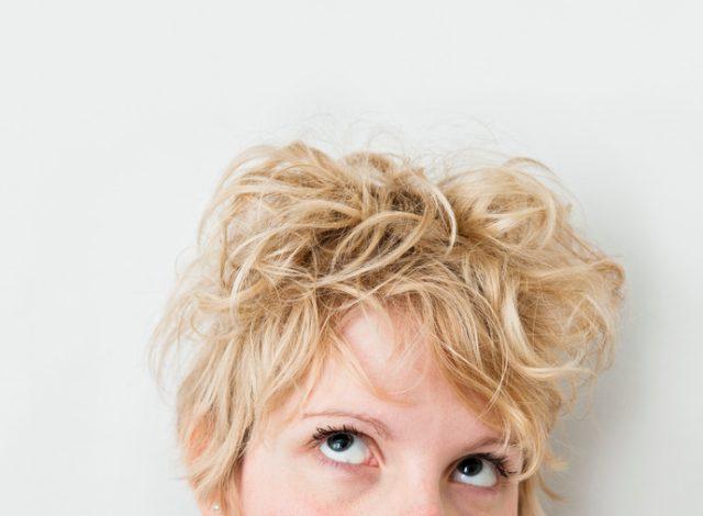髪がぐちゃぐちゃの女性