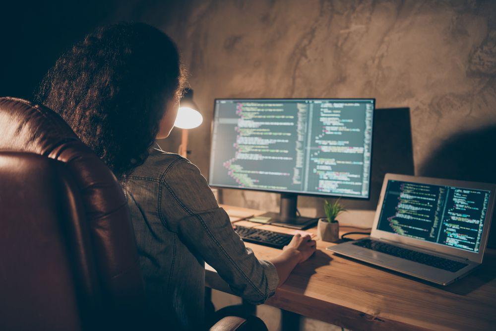 オンラインプログラミングスクールのおすすめ6社をご紹介!オンラインで学ぶメリット・デメリットや卒業後のキャリアも解説