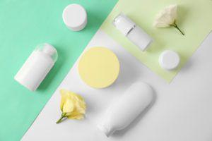 シミに効く美容液とは 美白などをイメージさせるスキンケア用品や植物