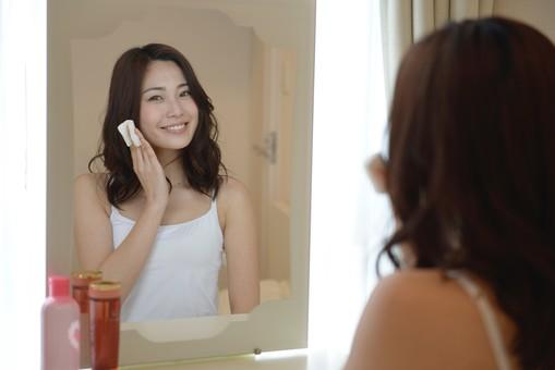 エイジングケアにおすすめの化粧水を使う女性