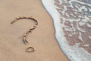 オイリー肌の原因は? クエスチョンマークが描かれた砂浜