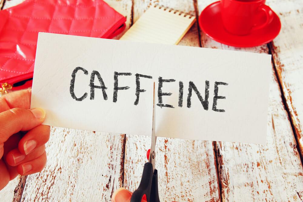 カフェインと書かれた紙にはさみを入れる